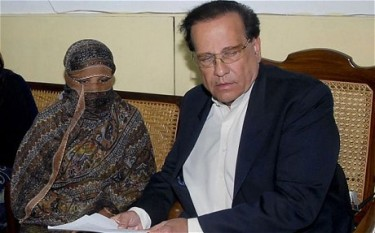 Salman Taseer with Asia Bibi, a Christian woman falsely charged with blasphemy and sentenced to death.