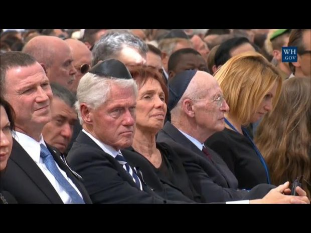 clinton-at-peres-funeral