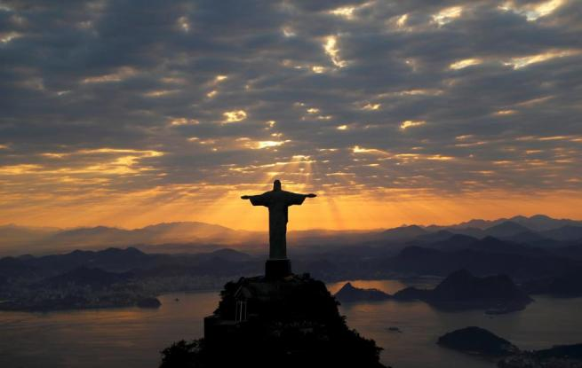 Christ The Redeemer is seen during sunrise in Rio de Janeiro, Brazil August 2, 2016. REUTERS/Wolfgang Rattay
